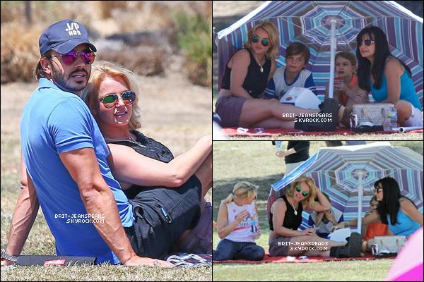 . Britney et Charlie étaient au match de football de Sean et Jayden à LA, le 03 mai. .