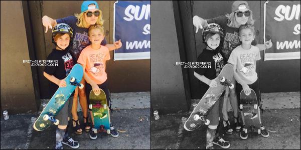 """. Britney et ses fils quittaient la boutique """"Home Depot"""" à Woodland Hills, le 04 juin. ."""