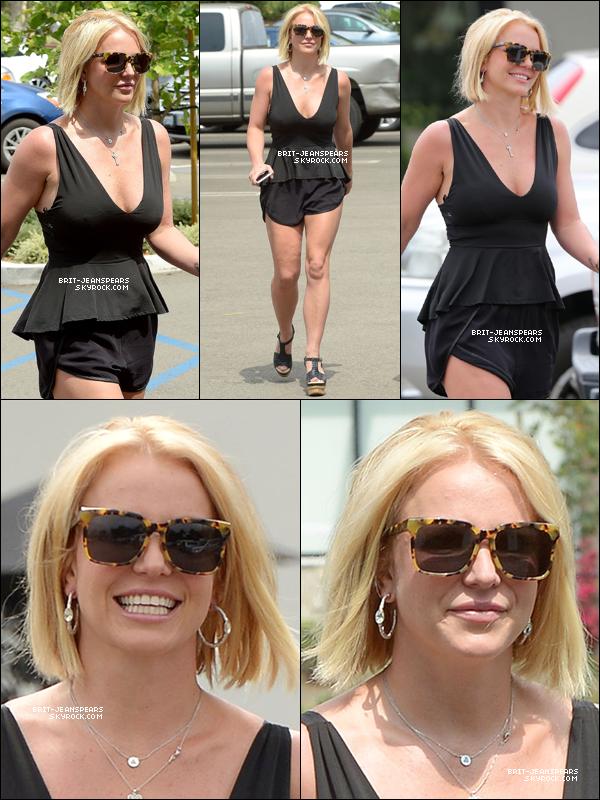 """. Britney a été vue faisant du shopping chez """"Sogno"""" à Thousand Oaks, le 10 juin. ."""