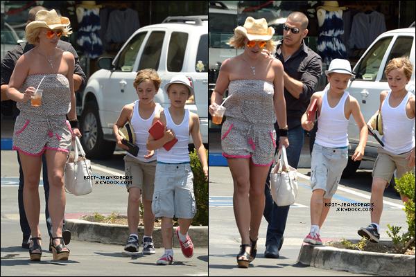 """. Britney et ses fils faisaient du shopping au """"Westfield Topanga Mall"""" de LA, le 12 juin. ."""
