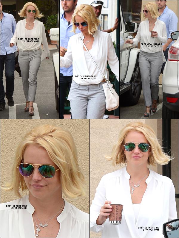 """. Britney allait chercher son café chez """"Corner Bakery"""" à Los Angeles, le 13 juin. ."""