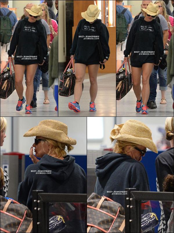 . Brit' et ses fils ont été aperçus arrivant à l'aéroport de la Nouvelle-Orléans, le 25 juin. .