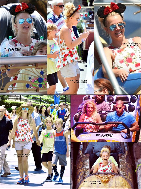""". Britney et ses fils ont été aperçus s'amusant à """"Disneyland"""" à Anaheim, le 04 juillet. ."""