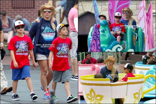 """. Britney et ses fils étaient de retour à """"Disneyland"""" à Anaheim, le 05 juillet. ."""