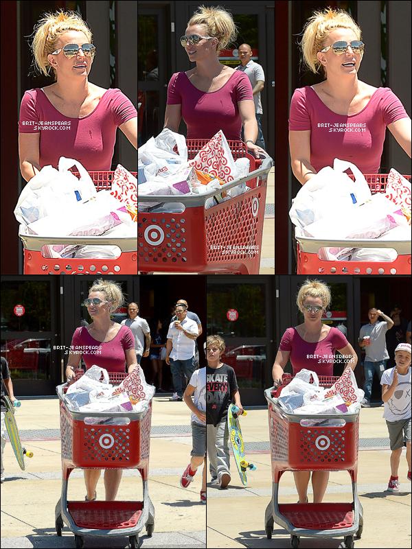 """. Britney et ses fils ont été vus quittant """"Target"""" à Thousand Oaks, le 08 juillet. ."""