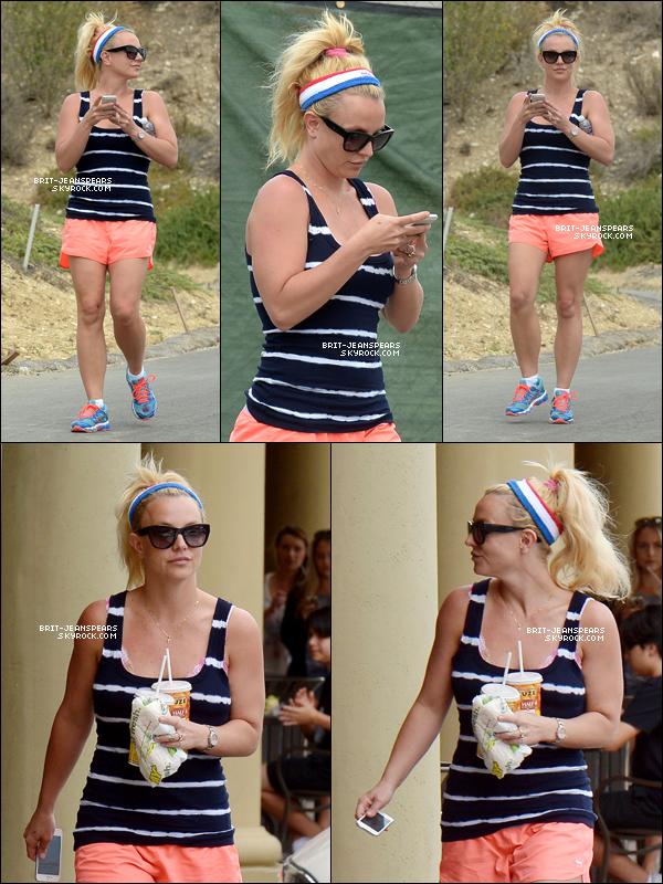 """. Brit' faisait une randonnée puis se rendait chez """"Subway"""" à Thousand Oaks, le 10 juillet. ."""