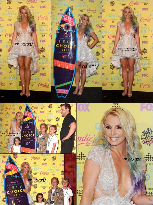 """. Britney était présente à la cérémonie des """"Teen Choice Awards"""", le 16 août. ."""
