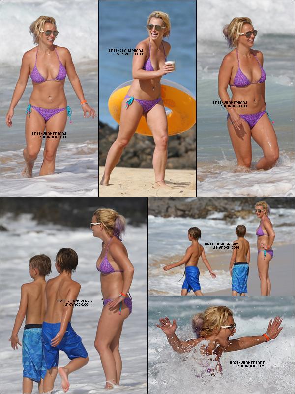 . Britney et ses fils ont été repérés s'amusant sur la plage à Hawaii, le 24 juillet. .