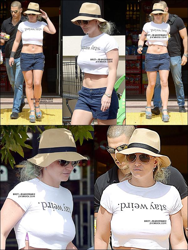 """. Britney a été vue faisant du shopping chez """"Von's"""" à Westlake Village, le 14 septembre. ."""