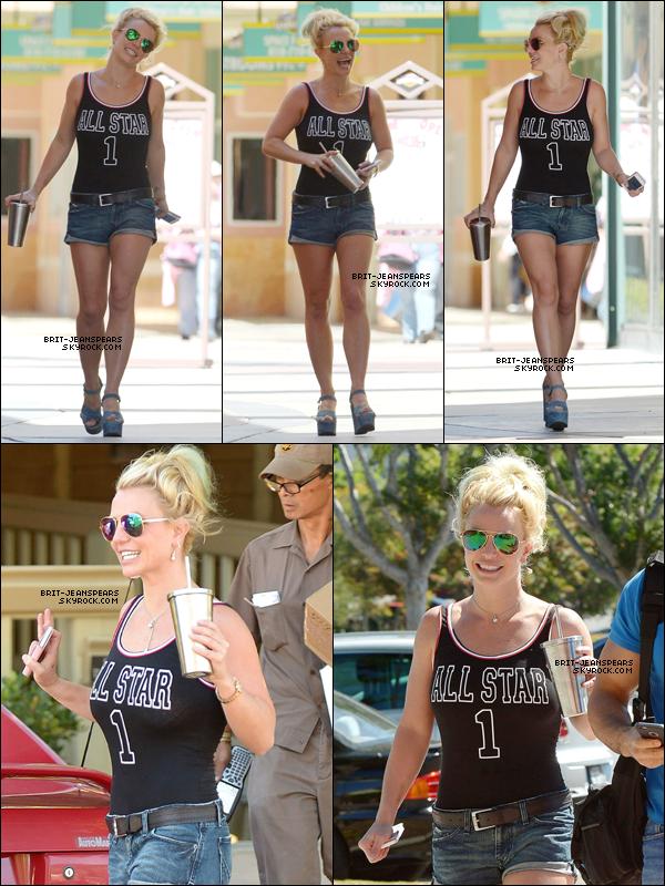 """. Britney a été repérée se rendant chez """"Toys' R' Us"""" à West Hollywood, le 17 septembre. ."""