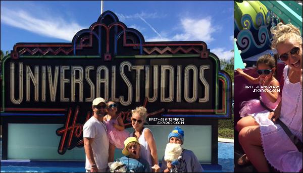 """. Britney et Lexie quittaient le """"Rockit Dance Studio"""" à Calabasas, le 26 septembre. ."""