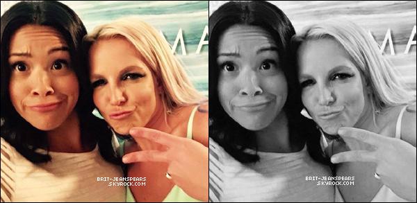 """. Britney et Gina Rodriguez étaient sur le tournage de """"Jane The Virgin"""", le 05 octobre. ."""