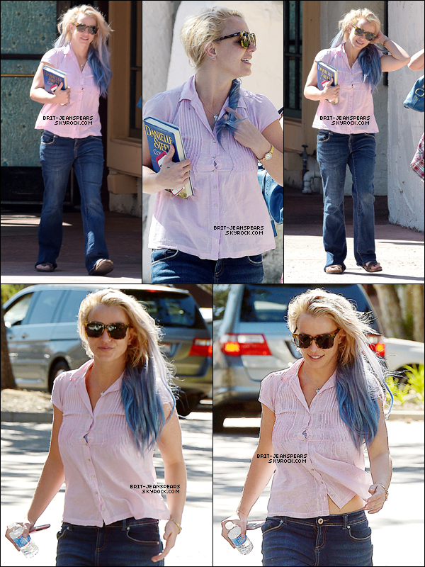 """. Britney achetait son déjeuner au """"Corner Bakery Cafe"""" à Thousand Oaks, le 07 octobre. ."""