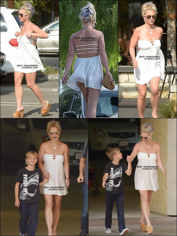""". Brit' et Jayden faisaient du shopping au """"Westfield Topanga Mall"""" de LA, le 12 octobre. ."""