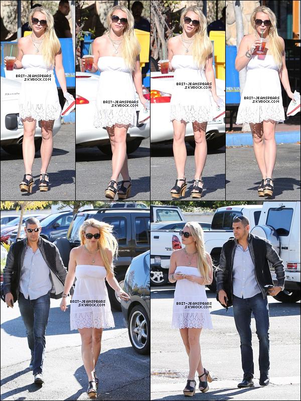 """. Britney a été aperçue quittant un """"Starbucks"""" à Calabasas, le 08 décembre. ."""