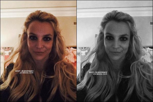 """. Britney a été vue quittant la boutique """"Barnes & Noble"""" à Calabasas, le 17 décembre. ."""