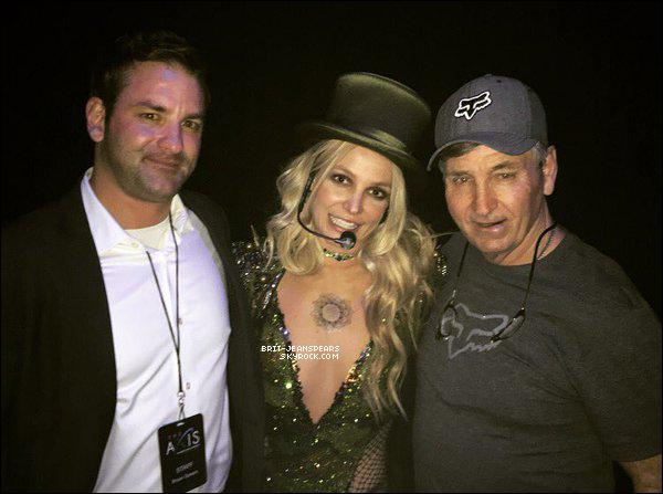 . Bryan et Jamie sont venus applaudir Britney à Las Vegas, le 17 février. .