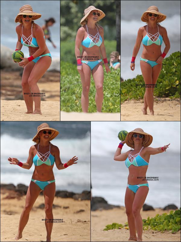 . Britney a été repérée s'éclatant en vacances sur la plage de Hawaii, le 28 mars. .