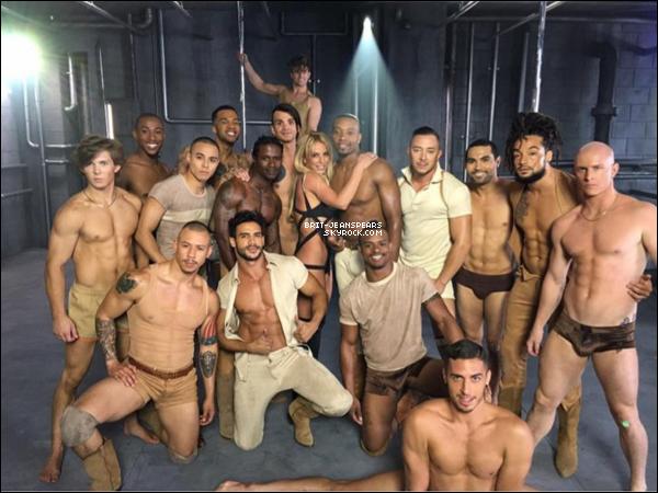 """. Britney, ses danseurs et G-Eazy sur le tournage du clip de """"Make Me (Ooh)"""", le 02 juin. ."""