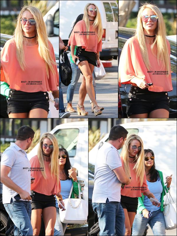 . Britney a été vue alors qu'elle sortait déjeuner à Westlake Village, le 01 août. .