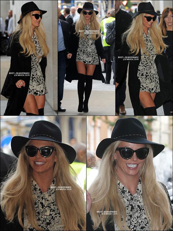 """. Britney a été vue arrivant aux studios de la """"BBC Radio 1"""" à Londres, le 28 septembre. ."""