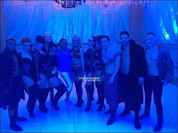 """. Découvrez des photos de Britney et Tinashe sur le tournage du clip de """"Slumber Party"""". ."""