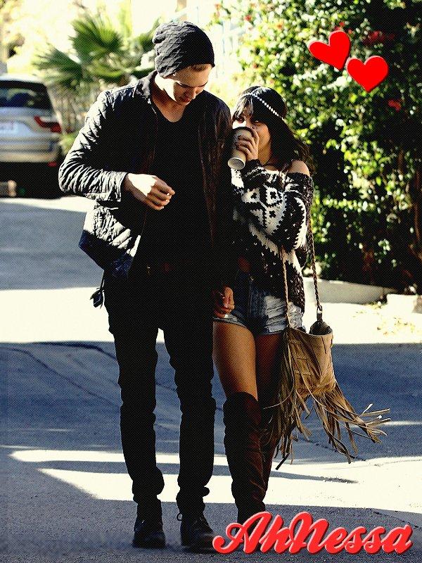 Austin et Vanessa se promenant mains dans la mains le 3 décembre  (avec un ami).♥