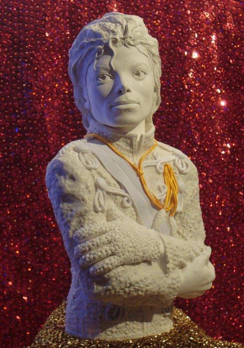 Une statuette du Roi de la Pop made in France en série limitée et numérotée...