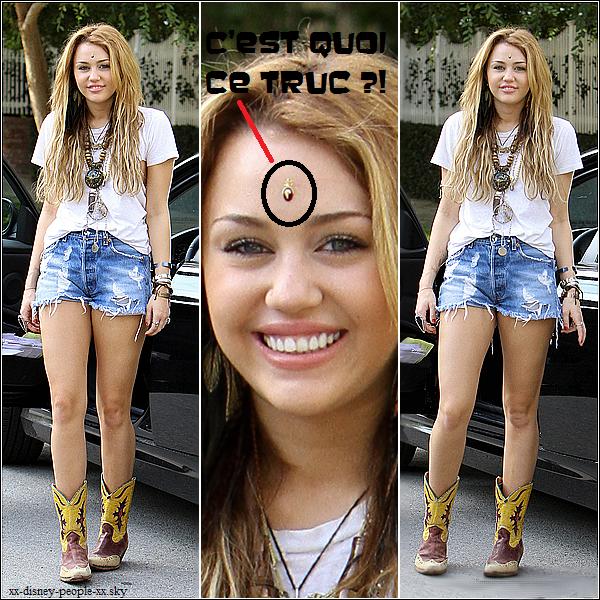 Miley c'est quoi ce truc au mileu du front ?!