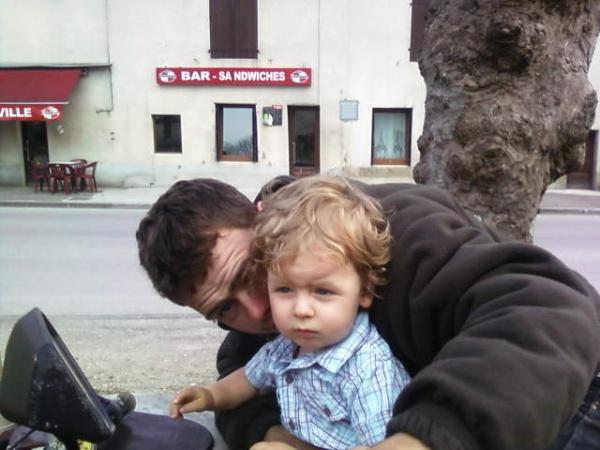 aaron et son papa anthony sur la moto