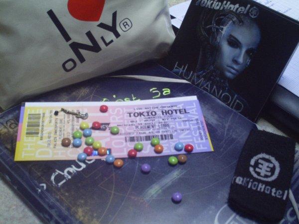 Je ne vis pas pour Tokio Hotel, J'écoute Tokio Hotel pour Vivre.  c'est pour vous dire TOKIO HOTEL a qu'elle point je vous aime!!!!! :D