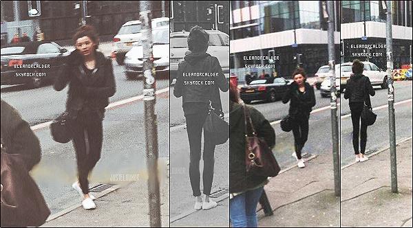 .17/01/2013 : Eleanor Calder à été vue se promenant dans les rues de Manchester, téléphone à la main.