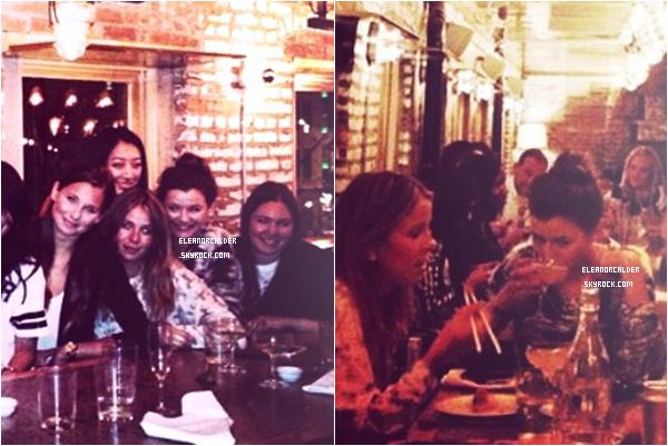 .24/07/13 : Eleanor était dans un bar avec ses amies encore à New York City !