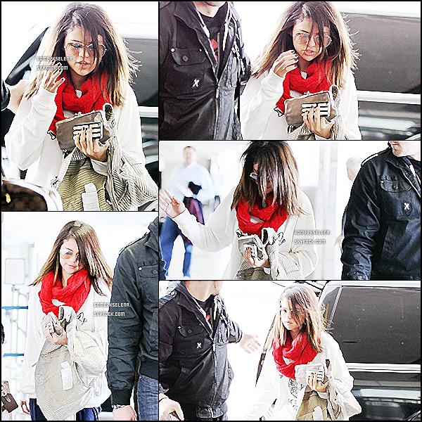 13/03/11 : Selena Gomez et son beau-père sont aperçue à l'aeroport de LAX