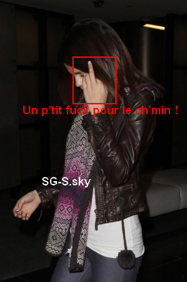 Décidément, le couple Jelena ne se quitte plus ! Ils ont été aperçus au restaurant Maggiano's Little Italy afin de fêter les 17 ans de Justin. Selena était magnifique, elle portait une très robe jolie ! + Un petit fuck pour le chemin et pour Selena comme pour Justin :p