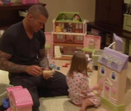 Alanna et son papa Randy qui jouent à la poupée