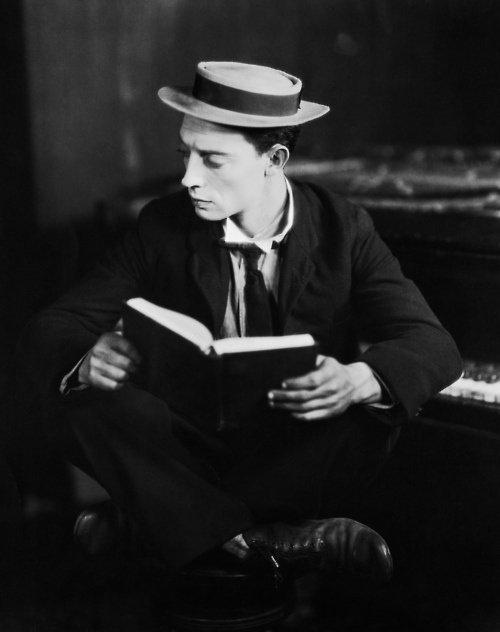 Il aimait lire, c'était aussi simple que ça.  Lire pour lire, et ne pas s'embarrasser du choix. Lire pour les mots, pour se perdre...  C'était là tout le plaisir suffisant à son bonheur.