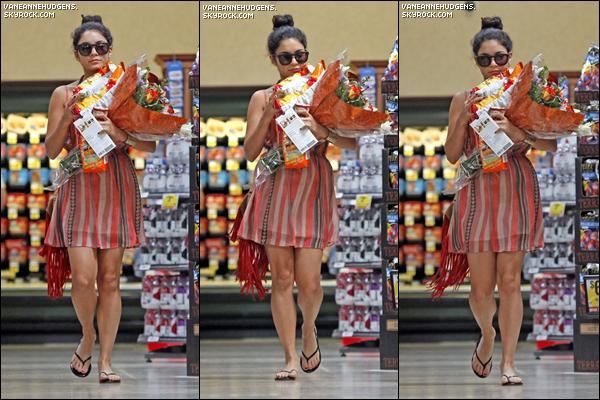 18/08/12 : Vanessa quittant l'épicerie Ralph's. Elle a ensuite était vu déjeunant avec Austin à Studio City.
