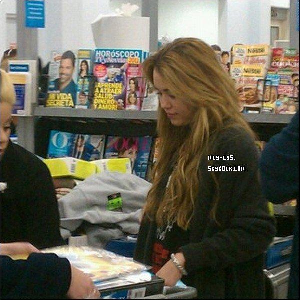 Hier (08.12.10) Miley a été aperçue faisant quelques courses dans un magasin Walmart de Louisiane.