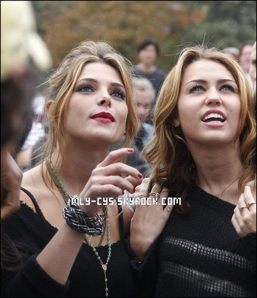 .   11 Janvier 2011 : » Miley partage avec ses fans son dernier coup de c½ur musical par l'intermédiaire de son blog sur son site officiel. Retrouvez la traduction de son message ci-dessous. . Yo Yo ! « Oh mon Dieu ! Je viens d'acheter le nouveau single de Britney Spears sur iTunes 'Hold It Against Me' ! C'est ma nouvelle obsession ! Je n'arrête pas de danser dessus sur le plateau ! Allez l'écouter ! » . » L'actrice Ashley Greene qui partagera prochainement l'affiche du film « LOL » avec Miley, a discuté avec MTV du tournage à Paris. Retrouvez la traduction du passage ci-dessous.  Parlons de « LOL ». On a vu pas mal de photos du tournage, qui a eu lieu notamment en Europe. Entre les fans de « Twilight » et les fans de Miley, avez-vous aperçu beaucoup de paparazzi et de personnes sur le tournage ? « Miley est un phénomène – elle a accompli de grandes choses dans le monde de la télévision, du cinéma et de la musique donc je n'ai pas été surprise de l'attention qu'elle a attiré pendant le tournage. Mais nous sommes toutes les deux professionnelles, donc on a compris qu'on était là pour travailler. Le travail a été notre priorité numéro 1, le reste était au second plan. » (Photo)  .