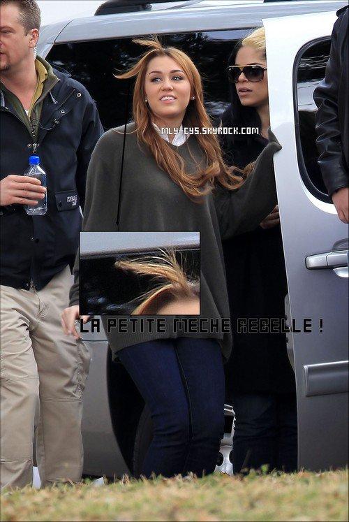 .   17 Janvier 2011 : » Retrouvez des photos du tournage de « So Undercover » (Encore !) datant d'hier (16 janvier). Côté tenue; Le GROS Flop ! T'en pense quoi? + Les fans se sont mobilisés sur Twitter et ont réussi à faire grimper les hashtags ! (Tout en dessous) Va voir ce blog génial ! » Cyrus-Fantasy .