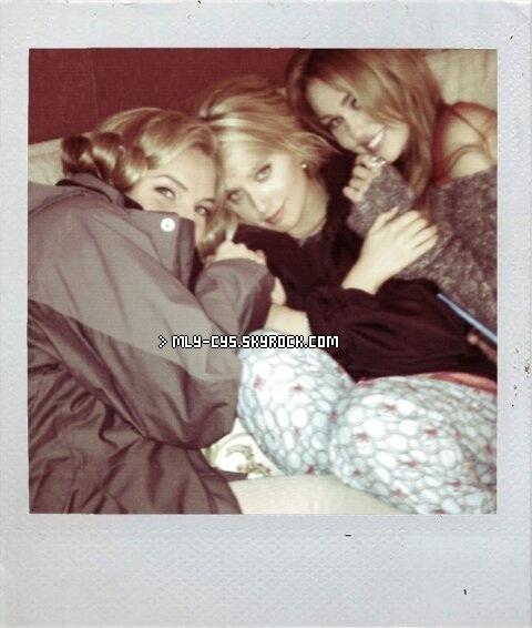 .   7 Février 2011 : » Bella-Miley a passé un moment de complicité hier 6 février avec sa co-star dans « So U », Joshua Bowman, dans un parc de LA, accompagnée de son nouveau chien. (Les photos ne sont pas autorisé sur internet, je ne prend donc pas le risque, c'et une photo du set de « So U » Photo 1) Mais par contre, voilà  une vidéo ! Toujours côté photo, Megan Park a posté hier soir un cliché sur son Twitter des filles de « So Undercover » (Photo 2) .  » D'après les rumeurs, Miley assistera à l'avant première du film en 3D de Justin Bieber « Never Say Never », qui aura lieu demain 8 février à Los Angeles. Je vous rappelle que Mil'Mil' avec enregistré un duo avec Justin sur la chanson « Overboard » en août dernier lors d'un concert au Madison Square Garden, c'est cette séquence qui figurera dans le film. On espère que c'est vrai, ça fait longtemps que Miley n'a pas fait de sortie publique ! :d .  » Lors de son passage à Paris la semaine dernière, l'actrice/chanteuse/auteur Hilary Duff a accordé une interview à Truc de Nana dans laquelle elle a parlé de Miley. Retrouvez-la en dessous !  ↓  Après Lizzie Mcguire, Disney a lancé la série Hannah Montana, que penses-tu de Miley Cyrus celle qui joue le rôle d'Hannah ?  « Je l'aime beaucoup ! C'est drôle car j'ai l'impression de me voir en elle sur beaucoup de points. Lizzie Mcguire a été un gros succès et quand la série s'est terminée, Disney a lancé Hannah Montana. La série Hannah Montana a super fonctionné. Miley Cyrus est douée et elle a beaucoup de talent. J'écoute sa musique, je l'adore ! »   .