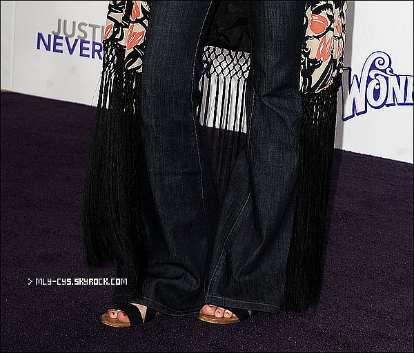.   9 Février 2011 : » Comme prévu, Miley était présente à l'avant première du film de Justin Bieber « Never Say Never » hier à Los Angeles. Voici une interview en vidéo >  #  Côté tenue, bof bof, elle a fait mieu, au moins, elle a pas fais de risques. :d Je trouve son pantalon assez spécial. :d Il y aura des rajoutes tout au long de la journée sur cet article! :)  +  Découvrez maintenant les photos du tout nouveau photoshoot de Miley pour la magazine Marie Claire, perso, il est MAGNIFIQUE ![/g Numéros en vente dès le 15 février.].