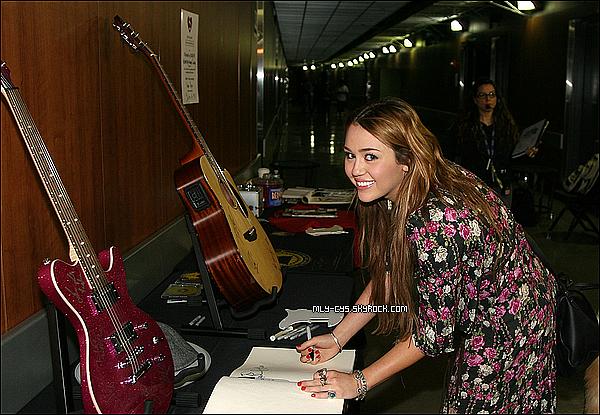 .   12 Février 2011 : Miley s'est faite photographié dans sa toute nouvelle voiture neuve à LA! La classe n'empêche. :d  » Les répétitions des Grammy Awards ont eu lieu hier (11 février), voici une photo de Miley signant quelques objets pour MusiCares. (Photo 2) Pour information, cérémonie des Grammys sera diffusée le 14 février dès 23h45 sur NRJ12.   . » Un reporter de la chaîne CNN, Arjan Writes, a assisté aux répétition des Grammy Awards qui ont eu lieu il y a quelques minutes, et nous a fait partager son expérience sur son Twitter. Retrouvez les messages concernant Miley Cyrus en dessous. Je vous rappelle que la cérémonie aura lieu le 13 février, et Miley y remettra un award.  « Miley Cyrus est là ! » Posté le 11 février 2011     « Bruno Mars chante la sérénade à Miley Cyrus. Trop mignon. Il est sur scène et elle est en réglage caméra pour sa présentation. » Posté le 11 février 2011     « Miley prend des photos avec les fans. Elle est adorable avec eux. »    .