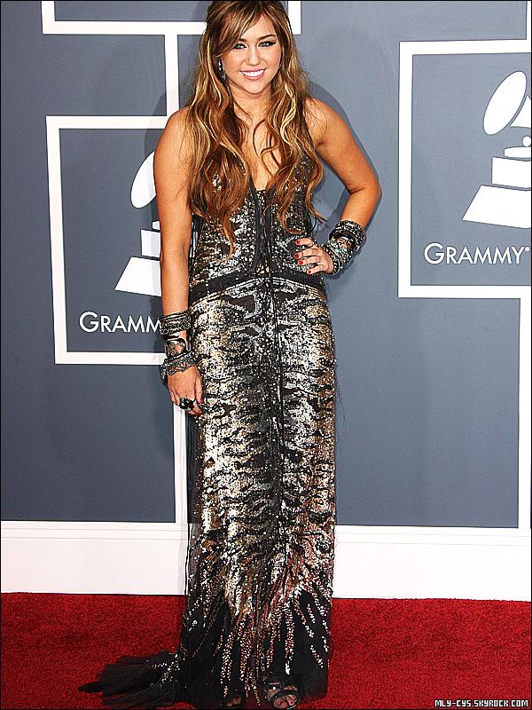 .   14 Février 2011 : » Miley était présente hier 13 février à la cérémonie des Grammy Awards 2011 qui a eu lieu au Staples Center de Los Angeles. Voici quelques photos du tâpis rouge (GIF1) et quelques photos du show (GIF2). Côté vidéos, retrouvez des interviews et la présentation de Miley dans l'article. Cet article sera édité tout au long de la journée avec des ajouts de photos/vidéos. Miley a fait sensation dans sa magnifique robe Roberto Cavalli (qu'elle a d'ailleurs déjà porté lors de son shoot pour Marie Claire), elle a d'ailleurs occupé une place dans les trending topics de Twitter pendant une bonne partie de la soirée. Bonne nouvelle : Miss Cyrus a confirmé sur la tapis rouge qu'elle préparait une nouvelle tournée avant la fin de l'année, comme l'avait affirmé l'une de ses danseuses il y a quelques jours. Pour ceux qui ont manqué l'évènement, les Grammy Awards 2011 seront diffusés sur NRJ12 dans la nuit du 14 au 15 février à 0h30. .