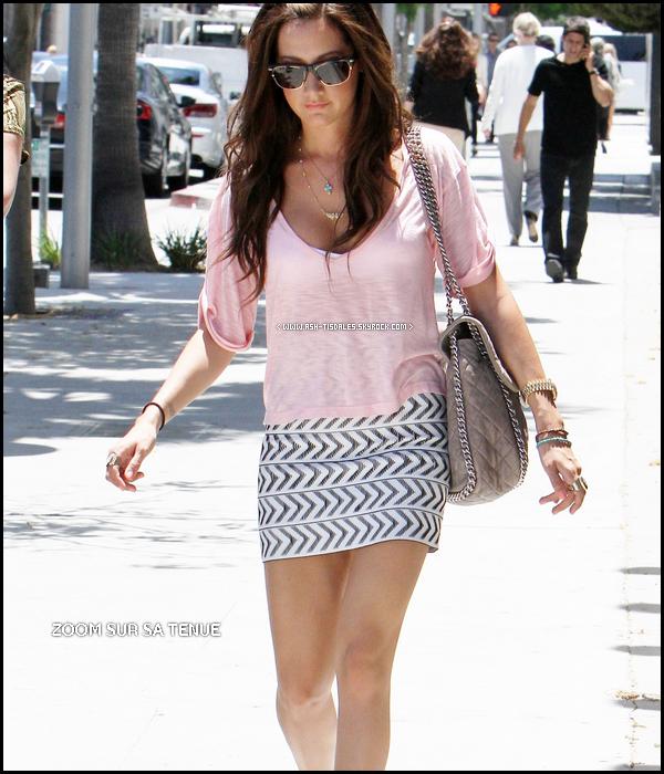 . 3O/O6/11 : Ash' & sa maman Lisa ont aperçues faisant du shopping à Planet Blue à Beverly Hills + J'ai mis un zoom sur sa Tenue ! Dites moi comment vous la trouvez moi j'aime bien ! TOP .