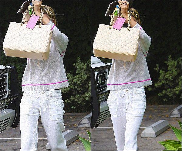 . 11/O7/11 : Ashley Tisdale faisant du shopping accompagnée de sa soeur Jennifer Tisdale à Beverly Hills.. + Ash quittant la salle de gym equinox. .