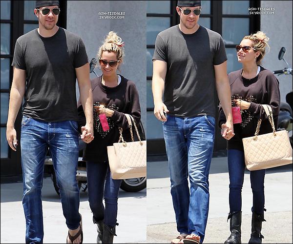 . 14/06/12 : Ash Tisdale & Scott ont été aperçus allant manger ensemble au «Studio Cafe» à Studio City !.