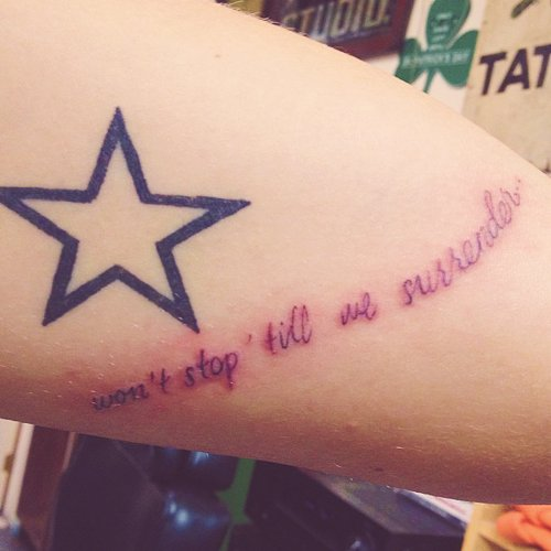 Des tatouages de Harry + des paroles de Little Things