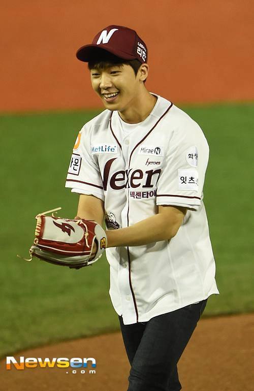 [News Photo] 151014 #TEENTOP Changjo Throws First Pitch for Nexen PHOTOS